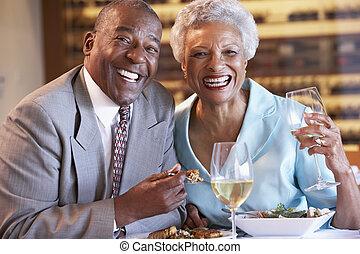 couples aînés, dinant, ensemble, à, a, restaurant