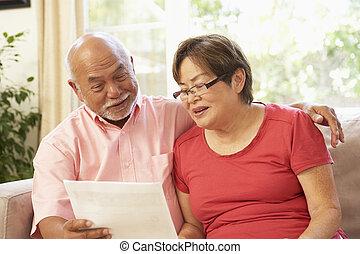 couples aînés, discuter, document, chez soi