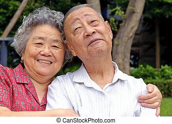 couples aînés, embrassé, intime