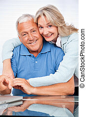 couples aînés, embrasser