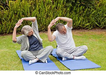 couples aînés, faire, leur, streches, dans jardin