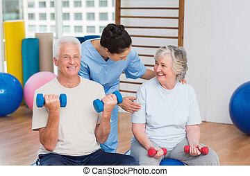 couples aînés, femme, instructeur gymnase