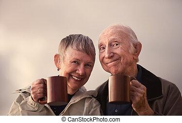 couples aînés, grillage, grandes tasses, sourire