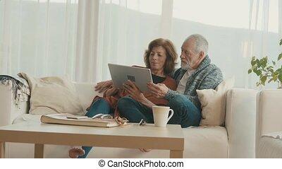 couples aînés, home., délassant, tablette