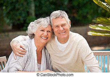 couples aînés, jardin, étreindre