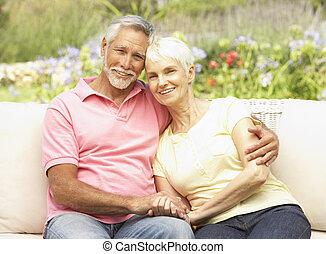 couples aînés, jardin, délassant