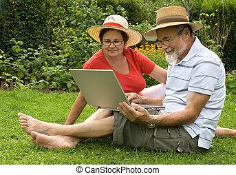 couples aînés, jardin