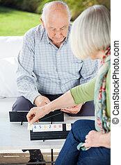 couples aînés, jouer, rummikub