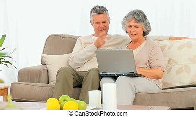 couples aînés, lapt, leur, regarder