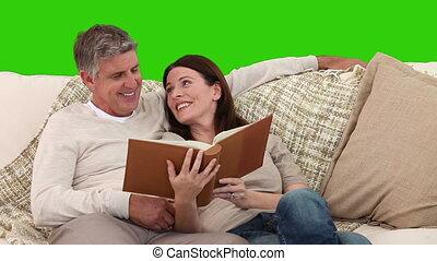 couples aînés, leur, album, mignon, regarder, sofa
