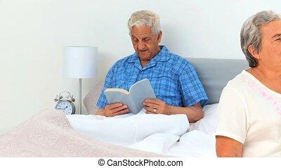 couples aînés, leur, chambre à coucher
