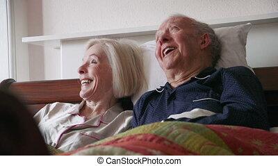 couples aînés, lit, heureux