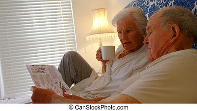 couples aînés, maison, chambre à coucher, côté, confortable, vue, nouvelles, lecture, papier, caucasien, 4k, lit