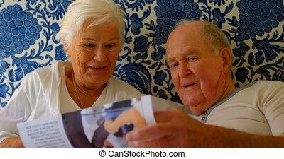couples aînés, maison, chambre à coucher, confortable, vue, nouvelles, lecture, papier, caucasien, 4k, lit, devant
