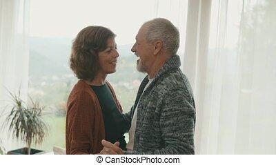 couples aînés, maison, danser., délassant