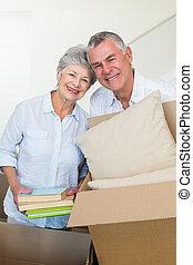 couples aînés, maison, nouveau, en mouvement, heureux