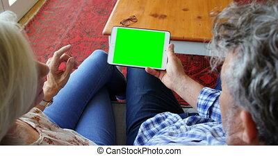 couples aînés, maison, numérique, utilisation, sofa, tablette, 4k