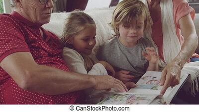 couples aînés, maison, petits-enfants