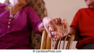 couples aînés, maison, section, mains, mi, tenue, soins, 4k