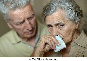 couples aînés, malade, mouchoir