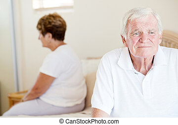 couples aînés, malheureux, lit, séance
