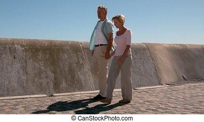 couples aînés, marche