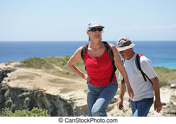 couples aînés, mer, randonnée