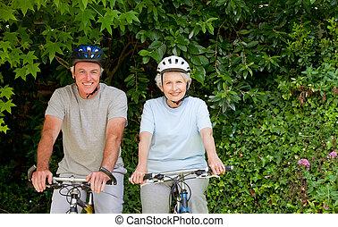 couples aînés, montagne, dehors, faire vélo