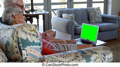 couples aînés, ordinateur portable, utilisation, sofa, 4k