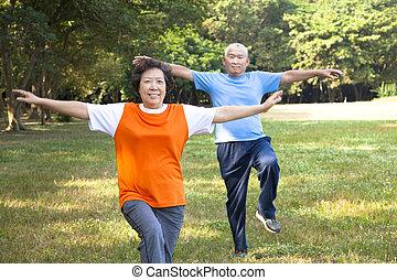 couples aînés, parc, asiatique, heureux