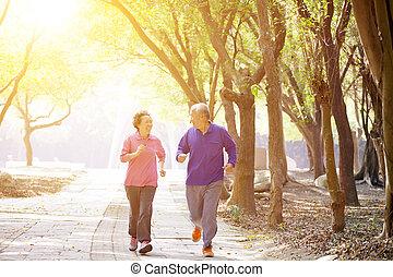 couples aînés, parc, exercisme, heureux