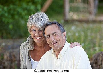 couples aînés, parc, sourire heureux