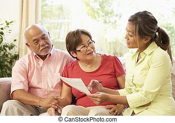 couples aînés, parler, conseiller financier, chez soi