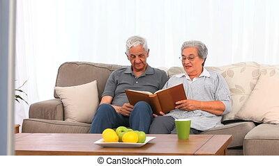 couples aînés, phot, leur, regarder