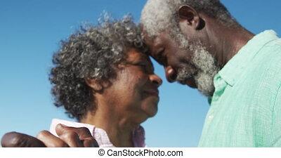 couples aînés, plage, danse