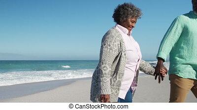 couples aînés, plage, marche