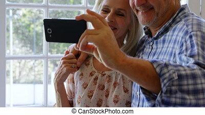 couples aînés, porche, selfie, 4k, prendre