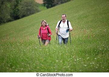 couples aînés, randonnée, dans, campagne