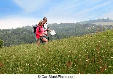couples aînés, randonnée, dans, naturel, paysage