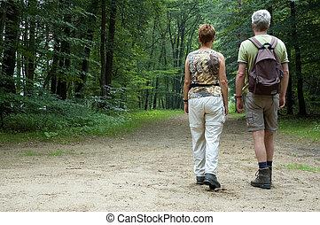 couples aînés, randonnée