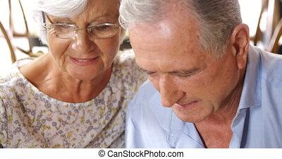 couples aînés, roman, café, lecture, 4k