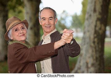 couples aînés, romantique, promenade