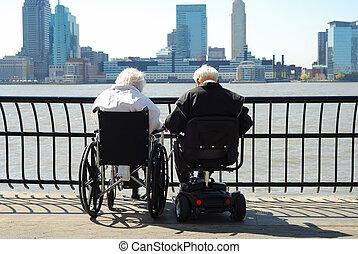 couples aînés, séance, sur, a, fauteuil roulant, et, a, scooter, regarder, les, rivière