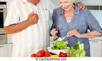 couples aînés, sain, salade, préparer