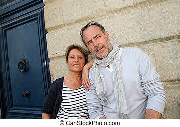 couples aînés, s'appuyer, mur, dans, ville