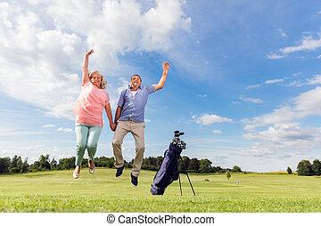 couples aînés, sauter, sur, a, golf, course.