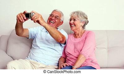 couples aînés, selfie, prendre, heureux