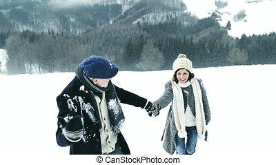 couples aînés, sur, a, promenade, sur, hiver, day.