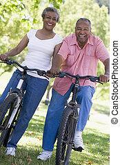 couples aînés, sur, bicycles
