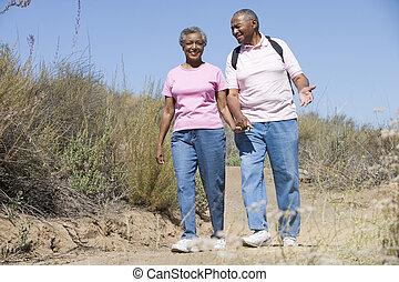 couples aînés, sur, promenade